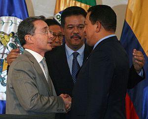Chávez y Uribe, en el momento de 'sellar la paz'. (Foto: EFE)