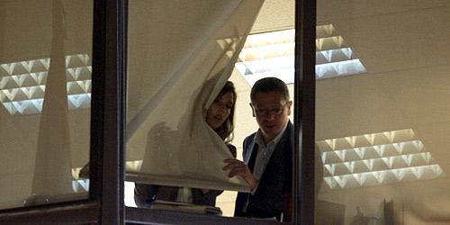 Gallardón mira desde la ventana de la sede del PP. (Foto: EFE)