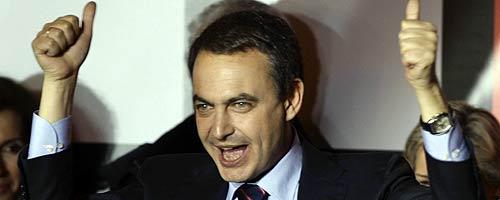 Zapatero, en un balcón de Ferraz, celebra la victoria del PSOE en las generales. (Foto: REUTERS)