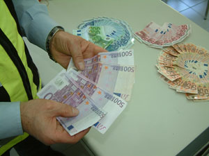 Parte del dinero requisado durante la operación 'Carolina'. (Foto: CNP)