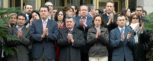 Aguilar (2ª por la dcha. bajo), en una concentración en memoria de Isaías Carrasco. (Foto: EFE)