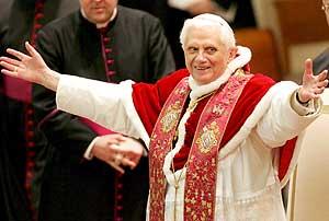 Benedicto XVI saluda a los fieles durante la oración de la mañana con un grupo de estudiantes universitarios. (Foto: EFE)