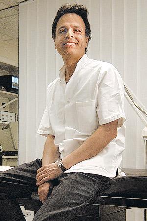 El doctor Christian Chams, en su clínica. (Foto: Leonardo Antoniadis)