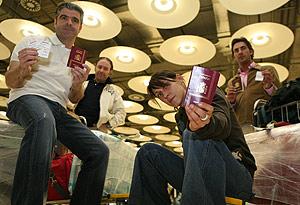 Cuatro de los pasajeros a los que se impidió entrar en Brasil, a su llegada al aeropuerto de Barajas. (Foto: SERGIO GONZÁLEZ)
