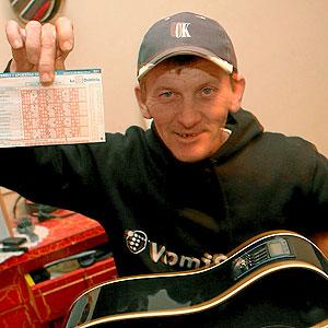 Lubo confía en que la lotería llegue a solventarle el futuro (Foto: Jordi Avellà)