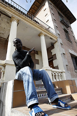 Uno de los senegaleses 'okupas' delante del palacete de la avenida de Carabanchel Alto. (Foto: Carlos Barajas)