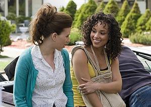Alicia Keys (dcha.) con Scarlett Johansson en 'Diario de una niñera'.