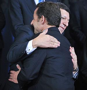 Barroso y Sarkozy se abrazan antes de la foto de familia en Bruselas. (Foto: AFP)