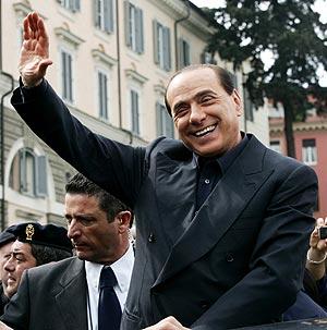 Silvio Berlusconi saluda en un acto electoral en Roma. (Foto: AFP)