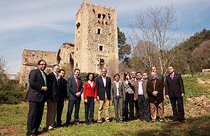 Camps, en su visita a las ruinas del Monasterio de la Murta, en Alzira (Foto: EL MUNDO).