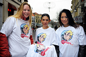Tres mujeres del 'StopWilders' con camisetas contra su película en Deventer. (Foto: AFP)