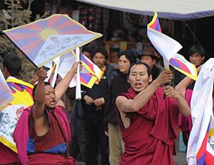 Dos monjes budistas protestan cerca del monasterio de Labrang. (Foto: AFP   Mark Ralston)