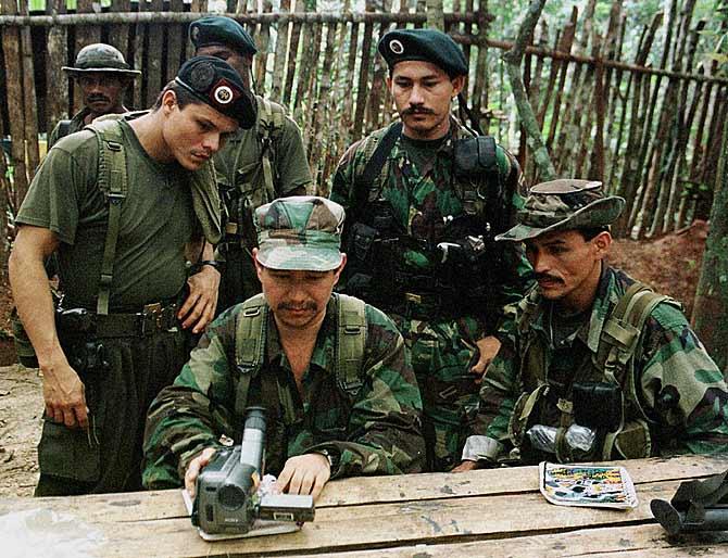 El comandante de las FARC revisando un video. (Foto: PENHAUL. REUTER).