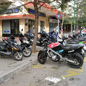 La imagen enviada por el lector muestra la saturación del espacio reservado a las motos.