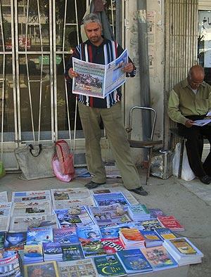 El vendedor de periódicos Jemaa al Ghaisi frente a su puesto, en la calle Saadún.