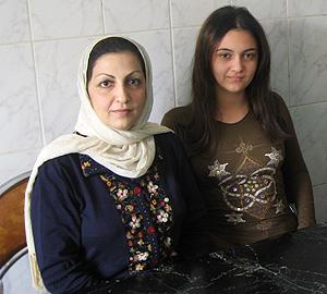 Najla al Hadithi, junto a su hija, original del barrio de Al Dora.