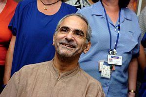 Ramos Horta, sonriente al salir del hospital. (Foto: AFP)