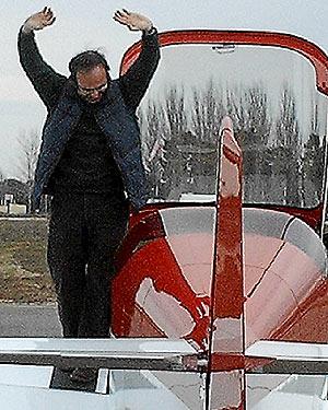 Pascual Cantos comprueba el avión recién concluida la fabricación.