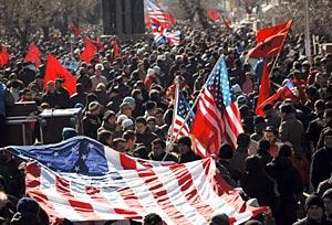 Kosovares con banderas de EEUU durante la declaración de independencia. (Foto: AFP)