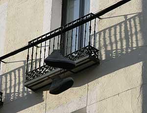 Un par de zapatillas colgadas de un cable de la luz en la calle Santa Isabel. (Foto: Lara Valencia)