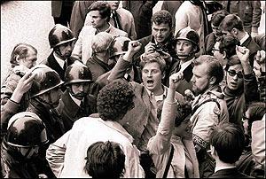 Daniel Cohn-Bendit, con la mano en alto, cantando la Internacional en Paris rodeado de policias y otros estudiantes. (Foto: EFE)