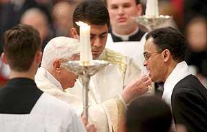 Cristiano Allam recibe la comunión del Papa. (Foto: EFE)
