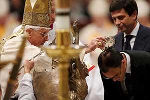Cristiano Allam recibe el sacramento del bautismo. (Foto: EFE)