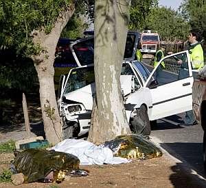 Estado en el que quedó un vehículo tras un accidente en Mallorca en el que murieron tres personas. (Foto: EFE)