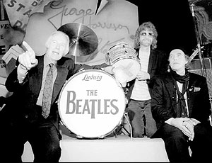 A la izqa, George Martin; a la dcha, Neil Aspinall, en 1995. (Foto: REUTERS)