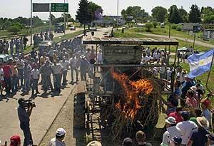 Un grupo de productores rurales interceptan el abastecimiento de alimentos a Buenos Aires. (Foto: APF PHOTO).