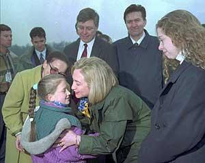 Imagen de Hillary Clinton, junto con su hija Chelsea, en el viaje a Bosnia. (Foto: AP)