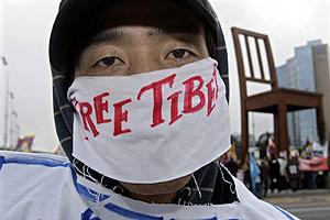 Un manifestante pide la liberación del Tíbet durante una protesta. (Foto: AP)