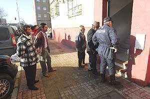 Vecinos y policías en el portal del detenido el día después de la desaparición. (Foto: Antonio Luis Delgado)