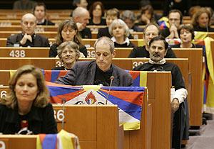 Miembros del Parlamento Europeo exhiben la bandera del Tíbet y símbolos de la campaña de RSF en Bruselas. (Foto: AFP