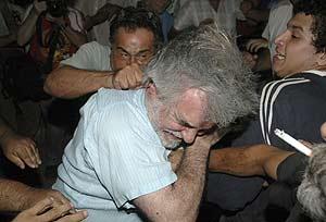 Partidarios de la presidenta y manifestantes se enfrentan a las puertas de la Casa Rosada. (Foto: REUTERS)