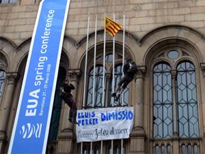Dos estudiantes se han descolgado por la fachada de la UB con intención de quedarse allí hasta el sábado. (Foto: Quique García)