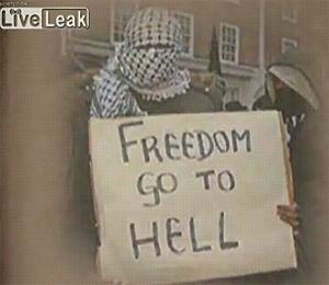 Imagen de una manifestante con un cartel que dice 'Libertad vete al infierno' y que aparece en 'Fitna'.