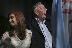 La presidenta argentina, junto a su esposo, Néstor Kirchner. (Foto: AP)