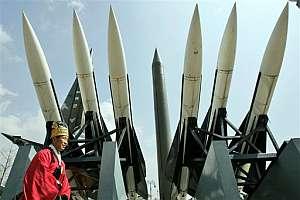 Un hombre pasea ante el armamento de misiles de Corea del Norte. (Foto: AP)