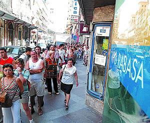 Una cola de personas que querían información sobre las VPO de Rabasa. (Foto: Roberto Pérez)