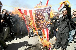 Simpatizantes de Al Sadr queman una bandera estadounidense. (Foto: EFE)