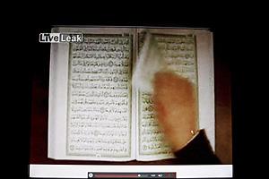 Una de las imágenes del documental en el que aparece que se arranca una página del Corán.