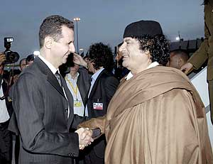 El presidente sirio Bashar Assad saluda al líder libio, Moammar Gadafi. (Foto: EFE)
