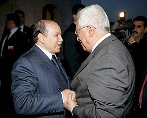 El presidente palestino, Abu Mazen, conversa con el líder de Argelia, Abdelaziz Buteflika. (Foto: EFE)