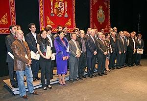 Los galardonados con los Premios Nacionales de Cultura posan en Ferrol con el ministro, César Antonio Molina, y el presidente de la Xunta, Emilio Pérez Touriño. (Foto: EFE)
