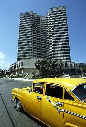 Un taxi pasa por delante del hotel de la cadena española Meliá situado en La Habana. (Foto: REUTERS)