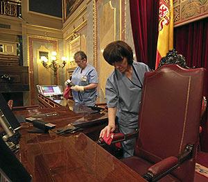 Una operaria de limpieza quita el polvo del sillón del presidente del Congreso. (Foto: Kike Para)