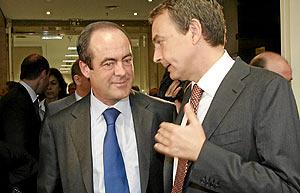 Zapatero charla con Bono, en un encuentro de la semana pasada. (Foto: Javi Martínez)