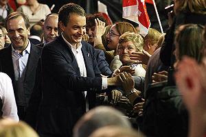 El ministro Alonso y el presidente Zapatero, durante el mitin electoral del PSOE en León. (Foto: ICAL)