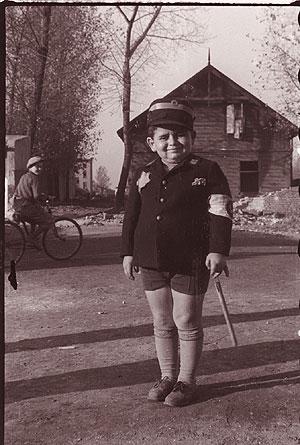 'Niño jugando a policía del gueto'. (Foto: Henrik Ross. Archive of Modern Conflict) Vea más fotos
